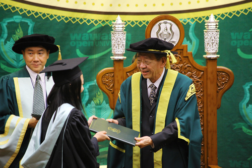 WOU Council Chairman Tun Dr Lim Keng Yaik (right) presides over the convocation.