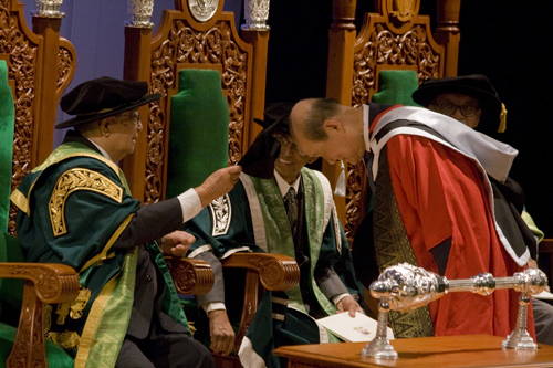 Tun Lim confers Honorary Degree following his installation.