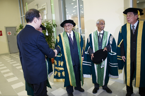 Tun Lim shakes hands with Tan Sri Dr Koh Tsu Koon as Tun Dr Lim Keng Yaik (right) looks on.