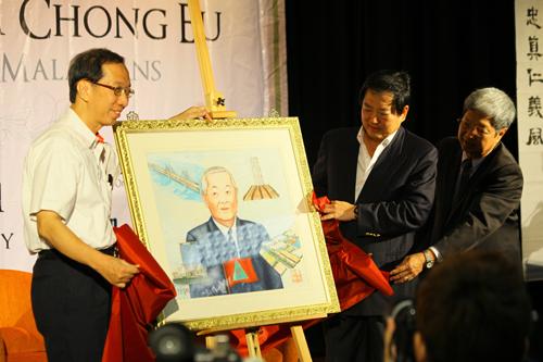 Unveiling portrait of Tun Dr Lim Chong Eu.