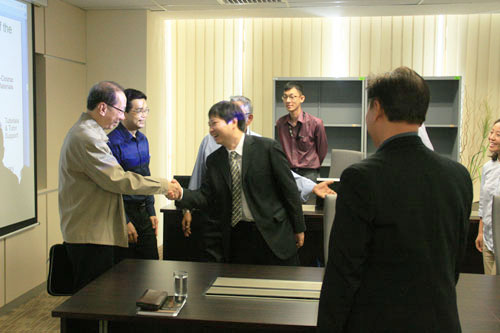 Dr Koh (left) shakes hands with the Institute's Chinese Director, Chen Zhong.