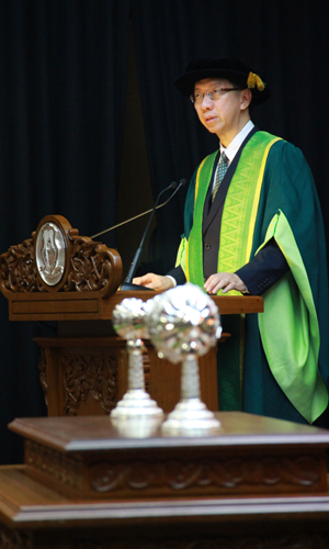 Dr Koh congratulates the new Chancellor.