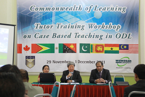 WOU Vice Chancellor Prof Wong Tat Meng (centre) with Prof Madhulika Kaushik and Prof Ravi Shanker.