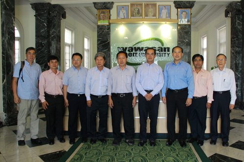 Vice Chancellor Prof Wong Tat Meng (4th from left) andDeputy Vice Chancellors Prof Dato' Dr Ho Sinn Chye (right) and Dr Seah Soo Aun (3rd from right) pose with the delegation.