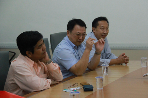 The delegation from Laos in discussion.