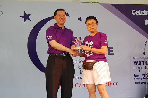 Human Resources Director Shirley Khoo receives the award on behalf of WOU for sponsorship of the event.