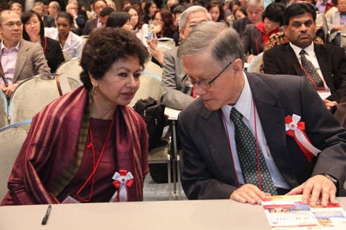 COL President Prof Asha Kanwar and WOU VIce Chancellor Prof Dato' Dr Ho Sinn Chye at the AAOU conference in Japan.