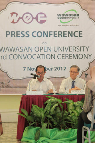 Dato' Seri Stephen Yeap reads out the statement. With him is Vice Chancellor Prof Dato' Dr Ho Sinn Chye.
