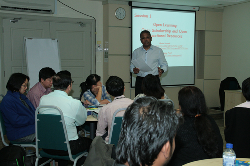 Dr Som Naidu conducts the workshop.