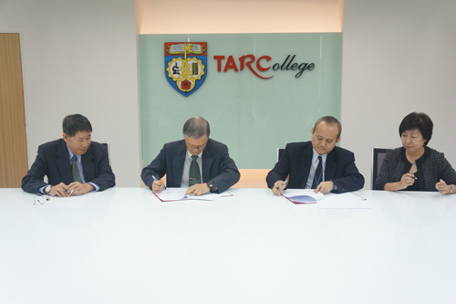 Prof Dato' Dr Ho Sinn Chye (2nd from left) and Datuk Dr Tan Chik Heok (2nd from right) sign the MoU.