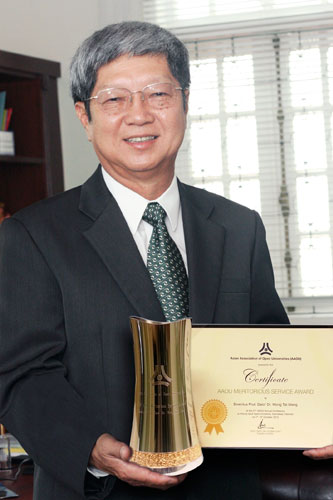 Prof Wong with his award.