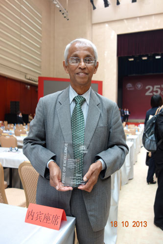 Prof Dhanarajan with his award.