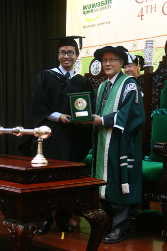 Leow receives his medal from Prof Ho.