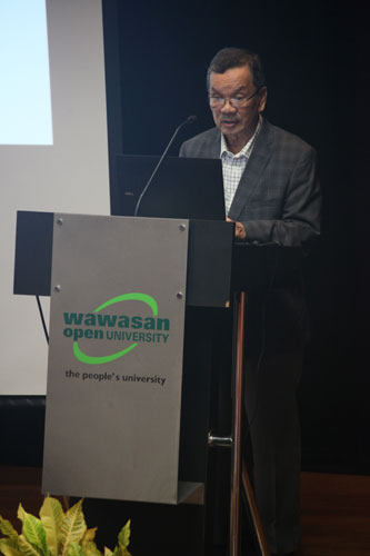 Tun Dzaiddin launches the Chancellor's Lecture Series.