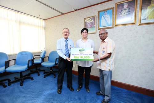 Prof Ho presents the mock cheque to National Cancer Society of Malaysia Penang branch vice chairman Dato' Seri Dr T Devaraj.