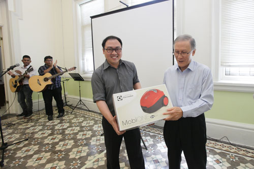 Second prize winner Saw Jong Khai receiving his vacuum cleaner from Prof Ho.