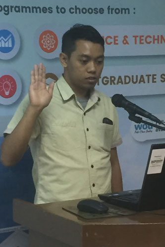 Ahmad Faizul leads in taking the oath at KLRC.