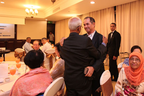 Dato' Seri Stephen hugs Tan Sri Raj after delivering his speech.