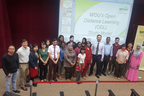 Dr Nagarajan with Dr Ng Peng Long (5th and 6th from right) and the new students at the orientation organised by the Johor Bahru Regional Centre.