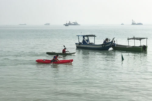 Welson (in the red kayak) beats Indros at the finish line to emerge second runner-up in the singles race.