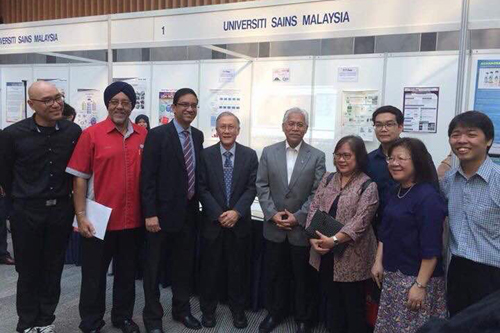 Prof Ho (4th from left) stands next to the Minister, along with (4th and 3rd from right) Prof Zoraini and Dr Liew. At left is Dr Tan Choo Jun.