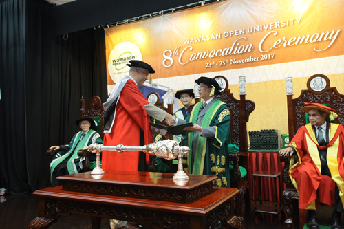 Jomo receives his Honorary Degree from Chancellor, Tun Dzaiddin Abdullah.