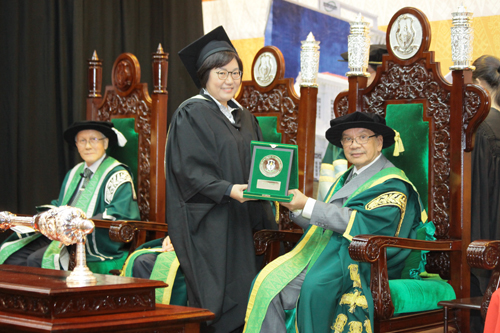 Tun Dzaiddin presents the award to top ODL postgraduate student, Grace Yeo Tang Peng.