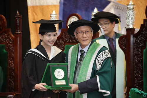 Prof Ho presents the medal to top full-time undergraduate student, Melody Lim.