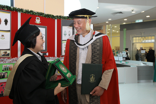 Top graduating student from ODL postgraduate programmes, Grace Yeo Tang Peng, with Jomo.