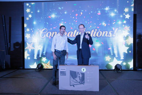 Dr Koh gives the thumbs up to first prize lucky draw winner Sharizal.