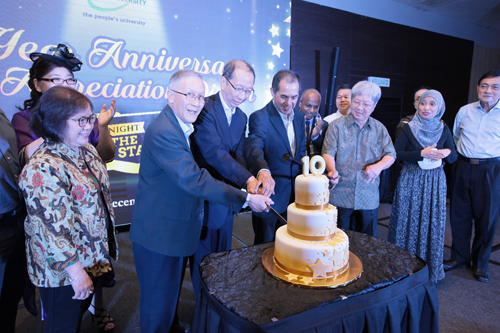 (From left) Prof Ho, Dr Koh, Dato' Seri Stephen and Prof Wong cut the anniversary cake.