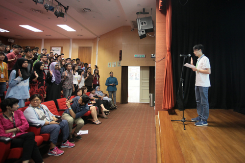 Yim leads the new students in oath-taking.