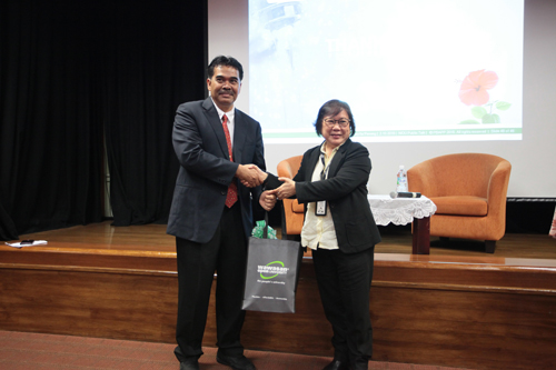Acting Vice Chancellor Prof Zoraini Wati Abas presents a token of appreciation to the speaker.