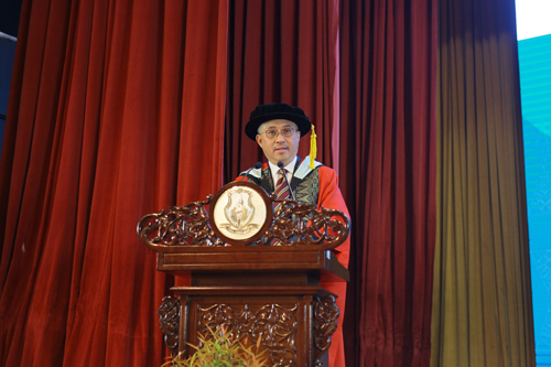 Tan Sri Azman delivers his Acceptance Speech.