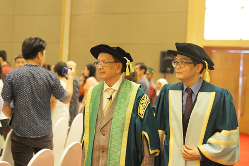Tun Dzaiddin (centre) and Registrar Dr Andy Liew Teik Kooi enter the convocation hall.