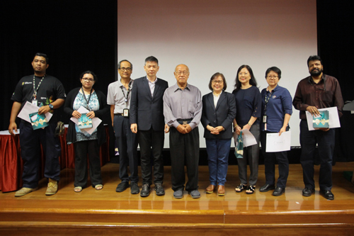 Dr Chin and Prof Zoraini (5th and 4th from right) pose with the 5-year award recipients.