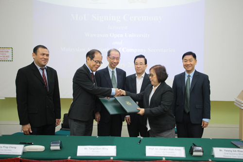 exchange of documents witnessed by dr koh (3rd from left) and Tan sri Tan (3rd from right). with them is wou chief operating officer yeong sik kheong (right) and Macs' tey ping cheng.