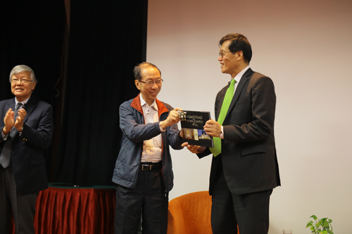 Tan Sri Dr Koh Tsu Koon presents a token of appreciation to Dr Rhee.