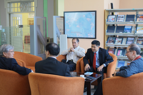 Thai Consul-General General Mr Raschada Jiwalai (2nd from right) chats with Dr Rhee and the other VIPs before the talk.
