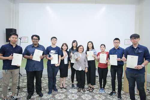 Prof Zoraini (centre) and Ching (4th from left) giving the thumbs up to the Dean's List recipients.