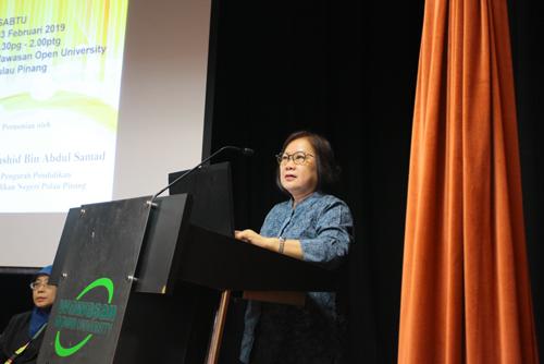 Prof Zoraini briefs the teachers on Wawasan Open University.