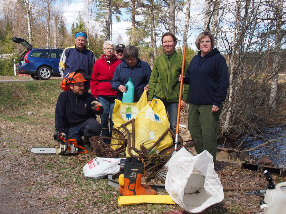 2015 cleaning group with their results cleaning up Vägåns hiking trail (1,5 km) for two hours