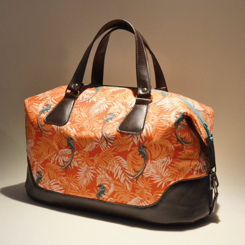 The bag is a traveler size about 40 cm long and 25 cm tall, with short handles.