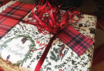 A tag with plaid pattern on the back and you write your greeting on the other side.