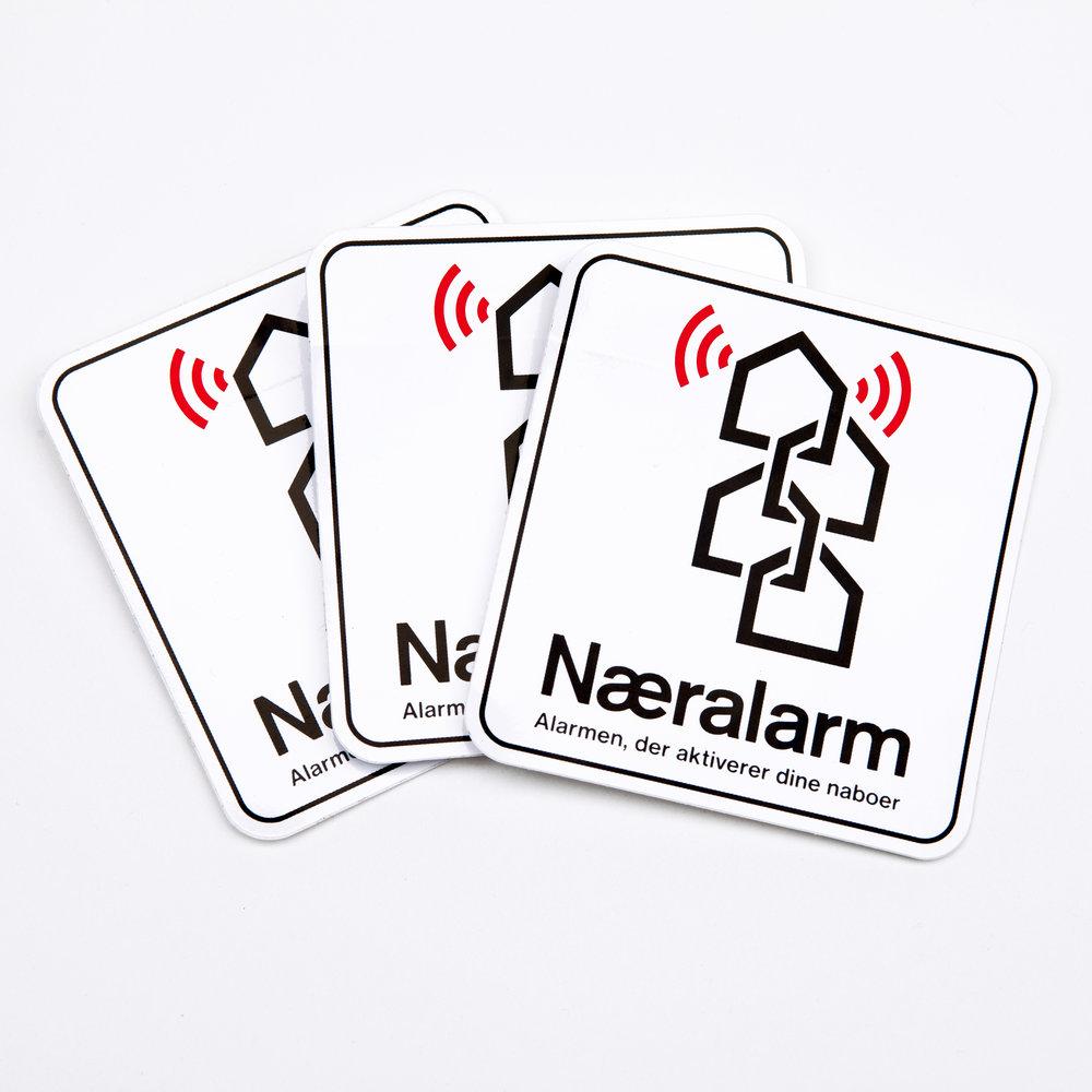 """Klistermærker/stickers til vinduer og postkasse med teksten """"Næralarm. Alarmen, der aktiverer dine naboer"""""""