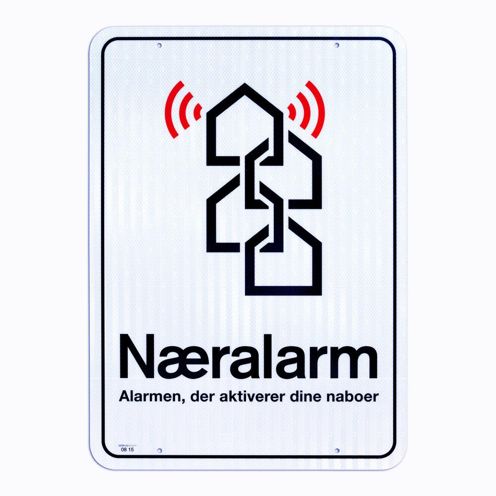Vejskiltet i metal viser uvedkommende, at I har Næralarms alarmsystem, og at nabovagten er tæt på