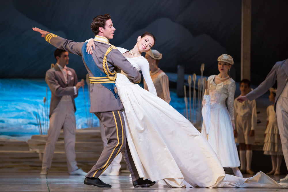 Juliet Burnett as Odette with Rudy Hawkes as Prince Siegfried in Graeme Murphy's Swan Lake