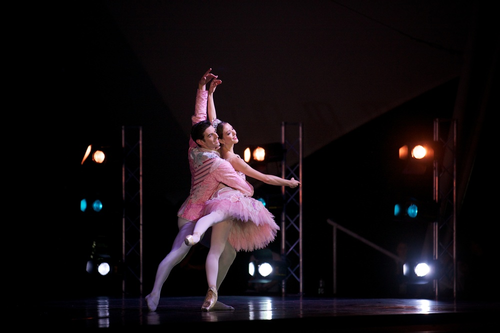 Juliet Burnett and Andrew Killian in Peter Wright's Nutcracker