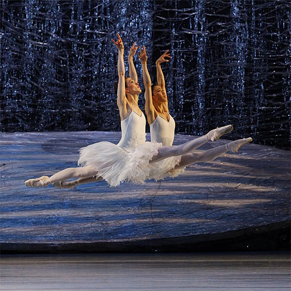 Juliet Burnett and Ako Kondo in Graeme Murphy's Swan Lake
