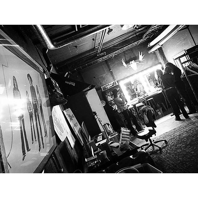 En smidig grej i vår studio är möjligheten att kunna granska sina bilder både stort och direkt, via vår storbildskärm på väggen. Detta var något som bl.a. @thealfas passade på att nyttja när de var här och plåtades av Linda Åkerberg i helgen 📸📺👌 #thealfas #alfas #studiolundberg #bts #rentalstudio #hyrstudio #kvarngatan #photostudio #södermalm #stockholm Regram: @lindaakerberg_photography
